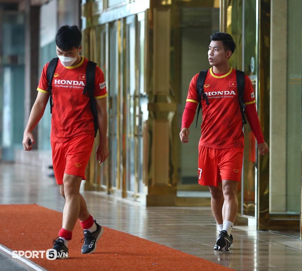 Công Phượng khoe tóc mới, trợ lý Lee Young-jin cho Tấn Tài xem bí mật từ chiếc điện thoại - Ảnh 12.
