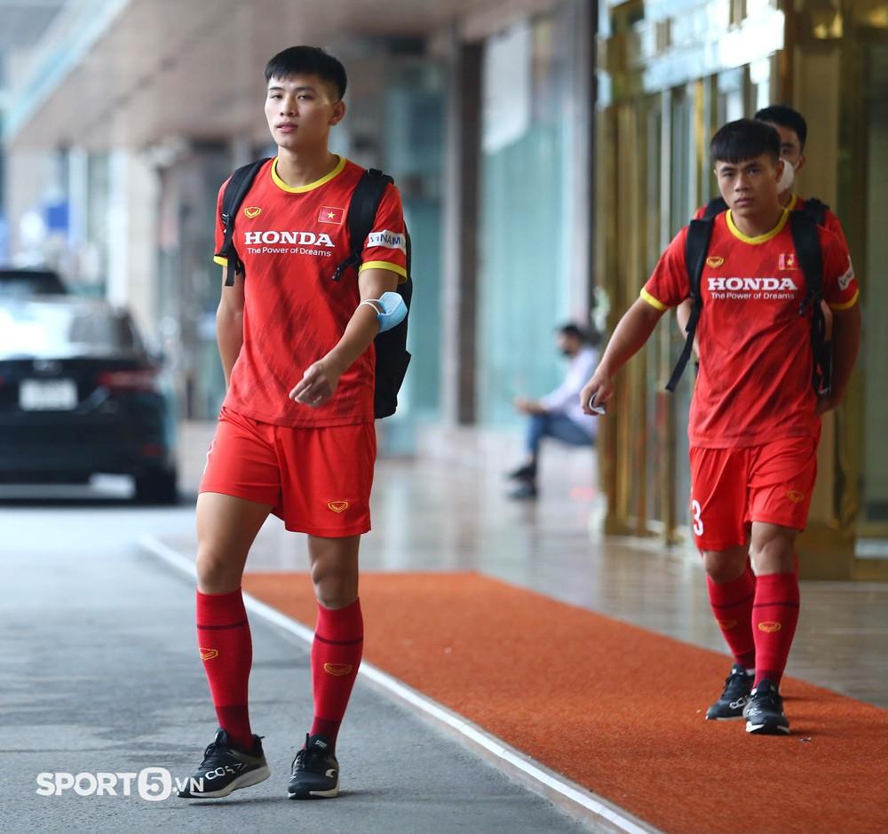 Công Phượng khoe tóc mới, trợ lý Lee Young-jin cho Tấn Tài xem bí mật từ chiếc điện thoại - Ảnh 17.