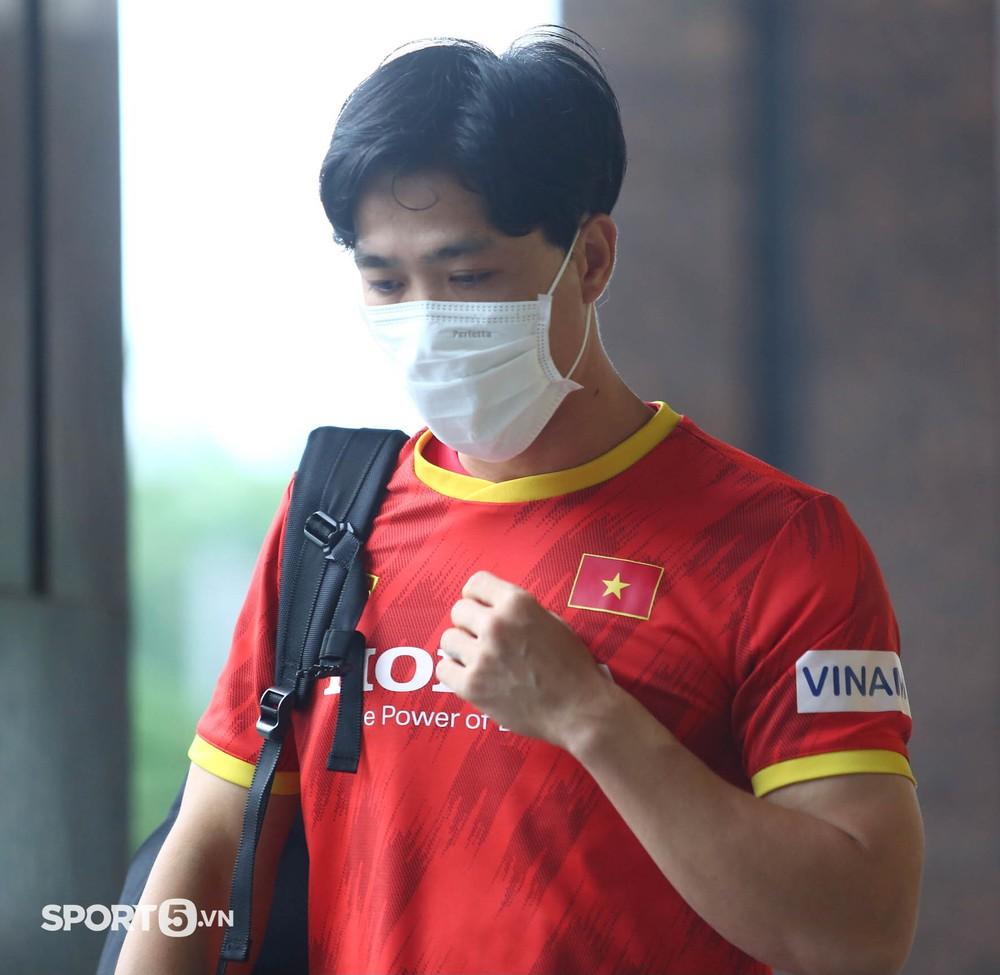 Công Phượng khoe tóc mới, trợ lý Lee Young-jin cho Tấn Tài xem bí mật từ chiếc điện thoại - Ảnh 3.