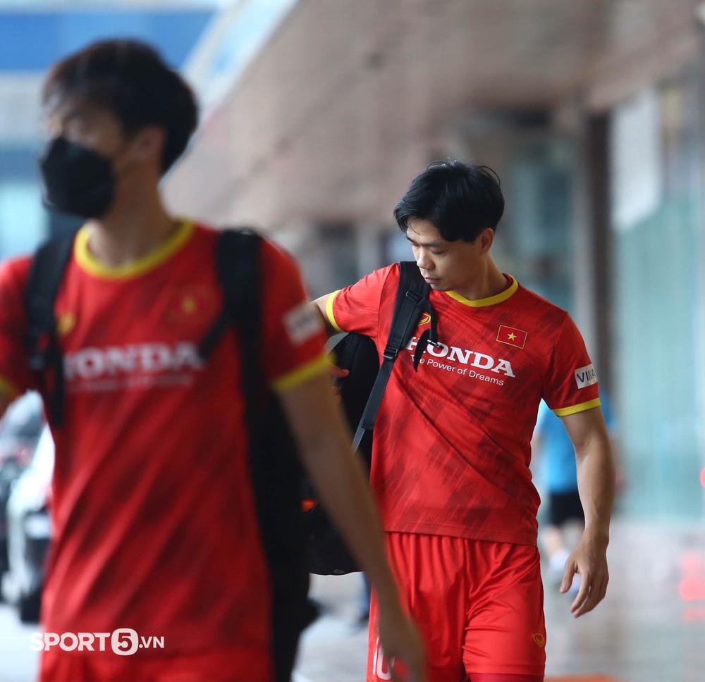 Công Phượng khoe tóc mới, trợ lý Lee Young-jin cho Tấn Tài xem bí mật từ chiếc điện thoại - Ảnh 5.