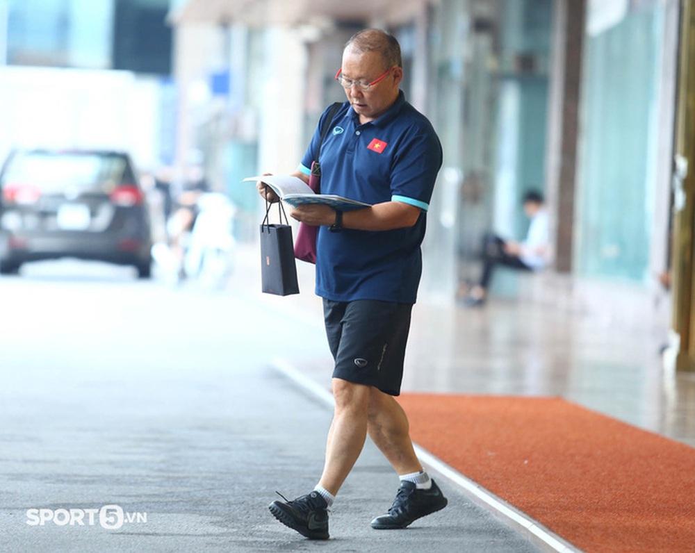 Công Phượng khoe tóc mới, trợ lý Lee Young-jin cho Tấn Tài xem bí mật từ chiếc điện thoại - Ảnh 6.