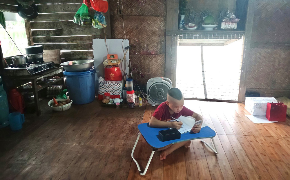 Cậu bé ở nhà nổi ven sông được bạn tặng iPhone học online, lá thư cảm ơn khiến nhiều người xúc động