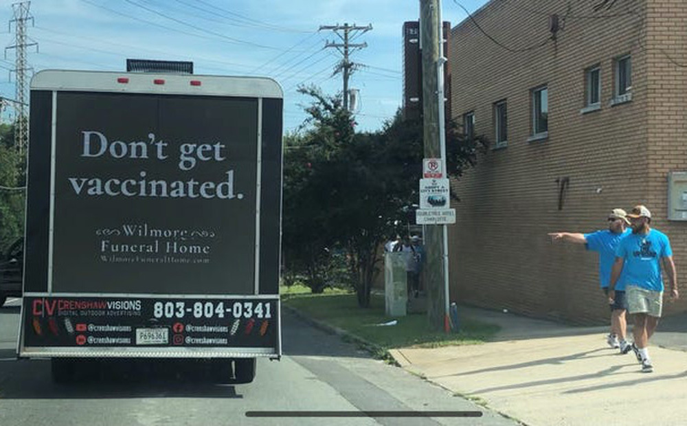 """Thực hư biển quảng cáo """"Đừng tiêm vaccine""""  của nhà tang lễ Mỹ"""