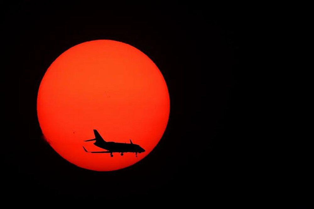 7 ngày qua ảnh: Máy bay di chuyển qua mặt trời lặn khi đang hạ cánh  - Ảnh 4.