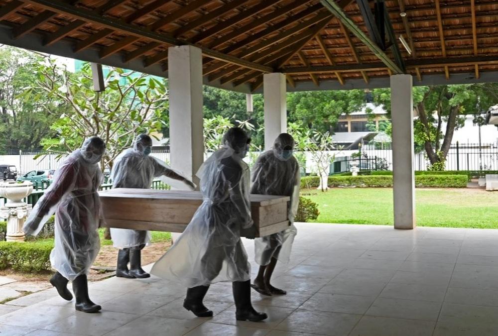 Pháp sư Sri Lanka tử vong vì SARS-CoV-2 sau khi dùng 'nước thánh' để đuổi COVID-19 - Ảnh 1.