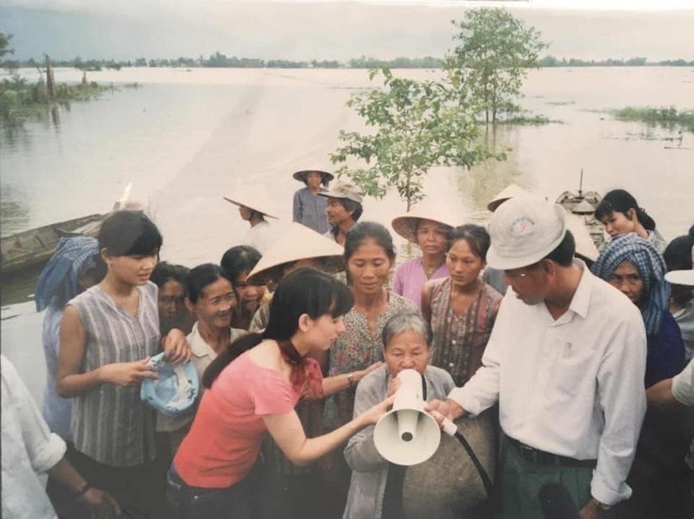 Người thân tiết lộ hình ảnh Phi Nhung đi chân trần làm từ thiện lúc trẻ - Ảnh 6.