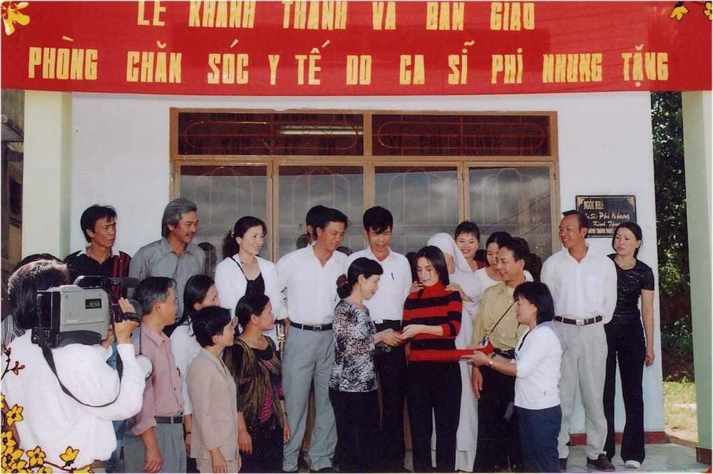 Người thân tiết lộ hình ảnh Phi Nhung đi chân trần làm từ thiện lúc trẻ - Ảnh 2.