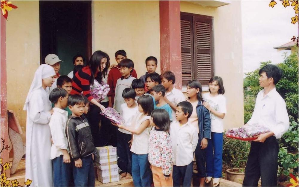 Người thân tiết lộ hình ảnh Phi Nhung đi chân trần làm từ thiện lúc trẻ - Ảnh 3.