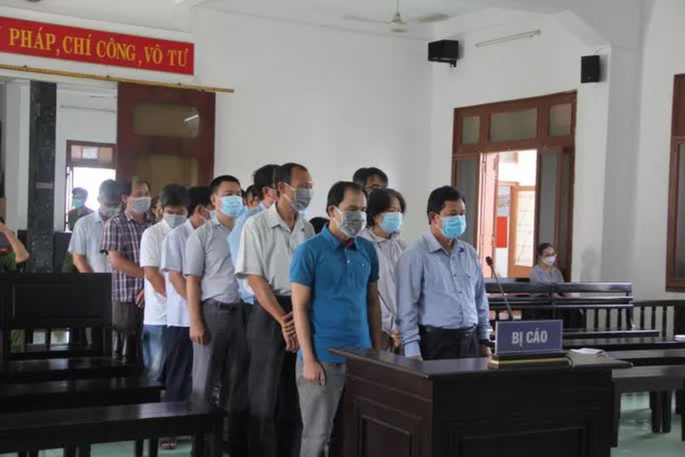 Xét xử vụ lộ đề thi công chức ở tỉnh Phú Yên: Nhiều nguyên cán bộ sở, ngành hầu tòa - Ảnh 1.