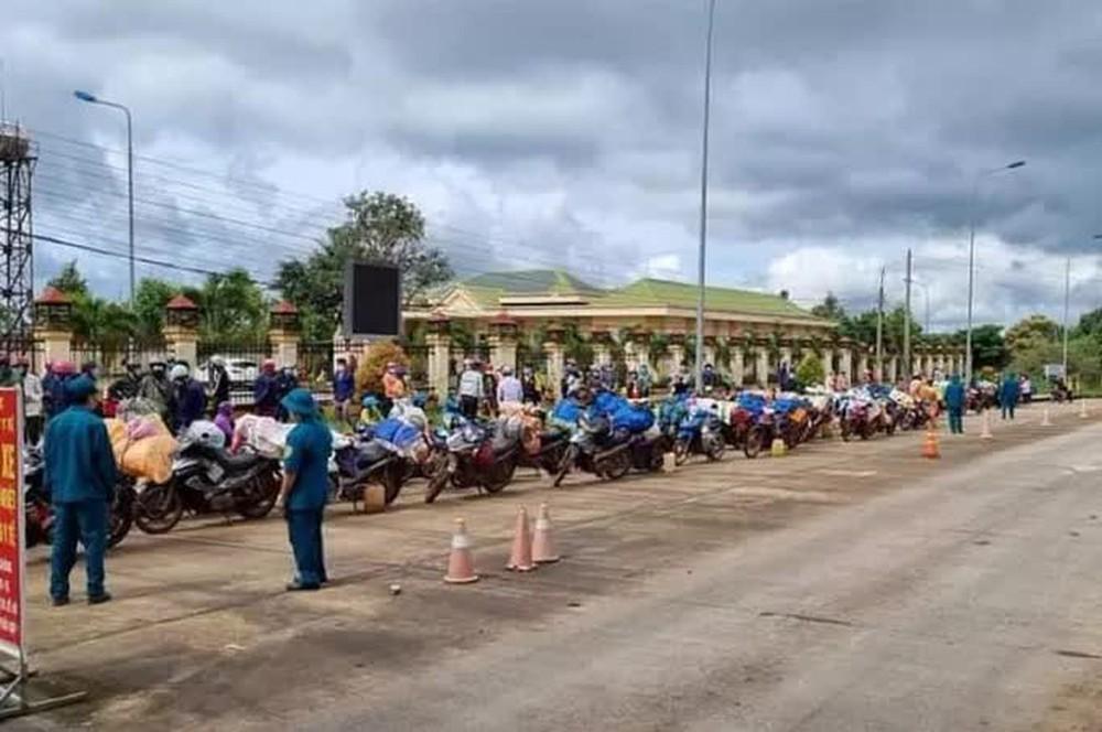 Hơn 120 người đi xe máy từ Bình Phước về quê Nghệ An phải tạm dừng ở Đắk Nông - Ảnh 1.