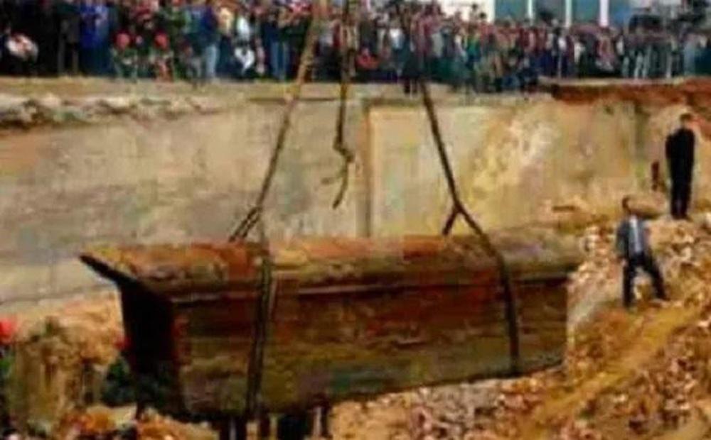 Khai quật mộ cổ, đoàn khảo cổ vừa vén tấm vải che hài cốt liền hét: Nguy hiểm, chạy mau!