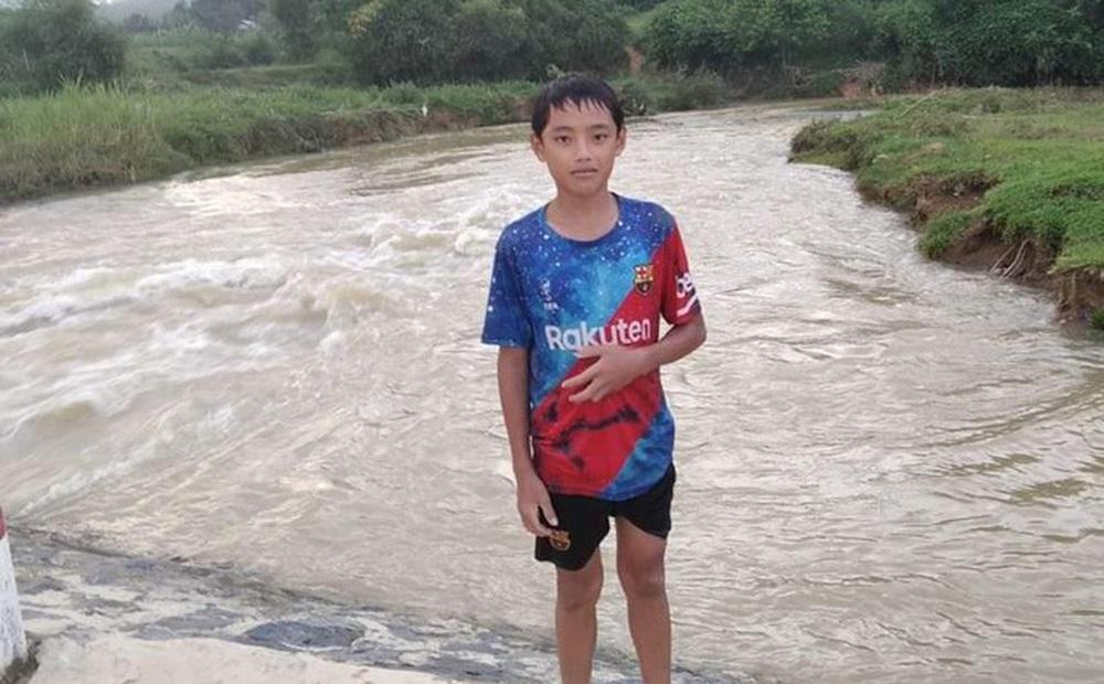 Nam sinh lớp 7 lao xuống dòng nước xiết cứu bé gái 9 tuổi đang chới với