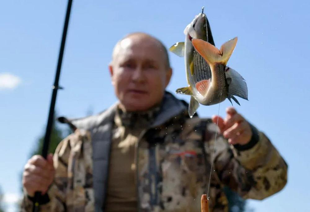24h qua ảnh: Tổng thống Putin đi câu cá khi tới thăm Siberia - Ảnh 1.