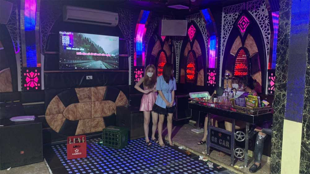 Đột xuất kiểm tra quán karaoke đóng kín cửa lúc đêm khuya, công an phát hiện 38 người hát bên trong - Ảnh 2.