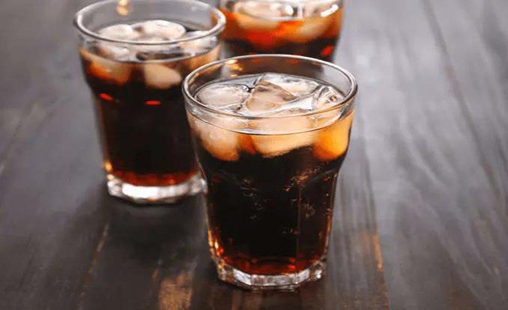 Hãy tránh xa 4 đồ uống sau nếu không muốn sớm lão hóa  - Ảnh 2.