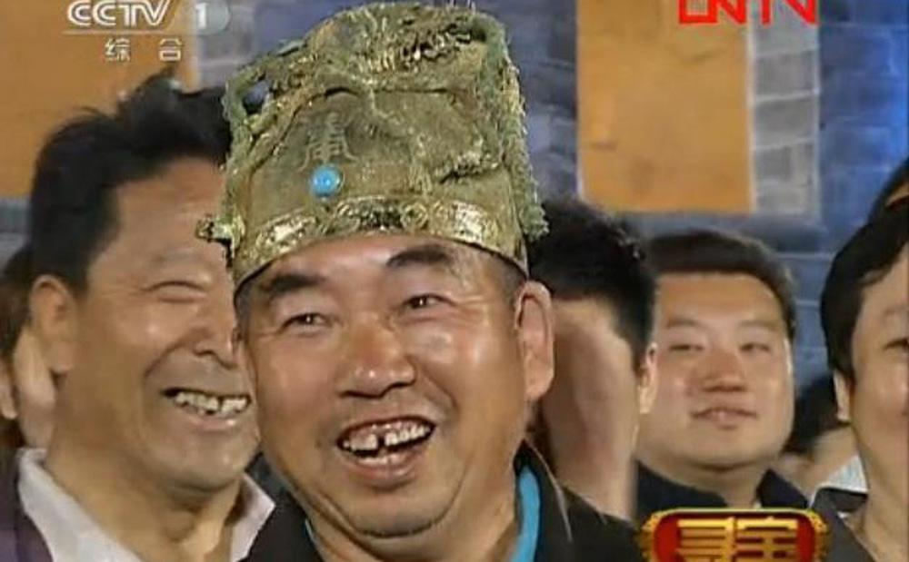 Người nông dân mang mũ vua đi thẩm định, chuyên gia nhìn qua đã thảng thốt: Xin hỏi anh mang họ gì?