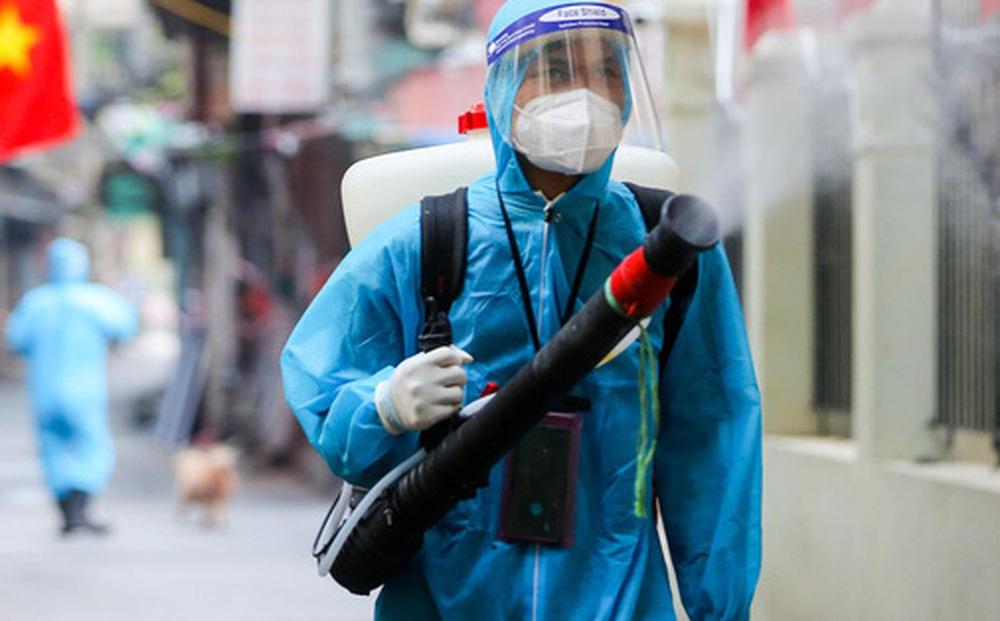 CLIP: Phun khử khuẩn ổ dịch có gần 600 ca Covid-19, chờ đón hơn 1.100 cư dân trở về