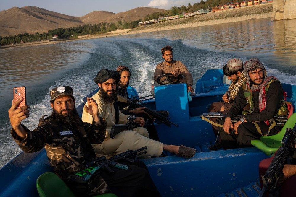 Lính Taliban làm đủ trò lố bịch khiến giới lãnh đạo xấu hổ không còn chỗ nào chui: Siết ngay quân luật! - Ảnh 1.