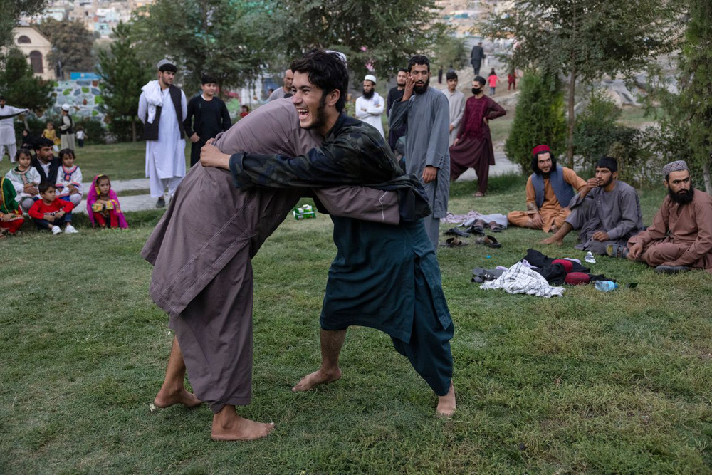 Lính Taliban làm đủ trò lố bịch khiến giới lãnh đạo xấu hổ không còn chỗ nào chui: Siết ngay quân luật! - Ảnh 2.
