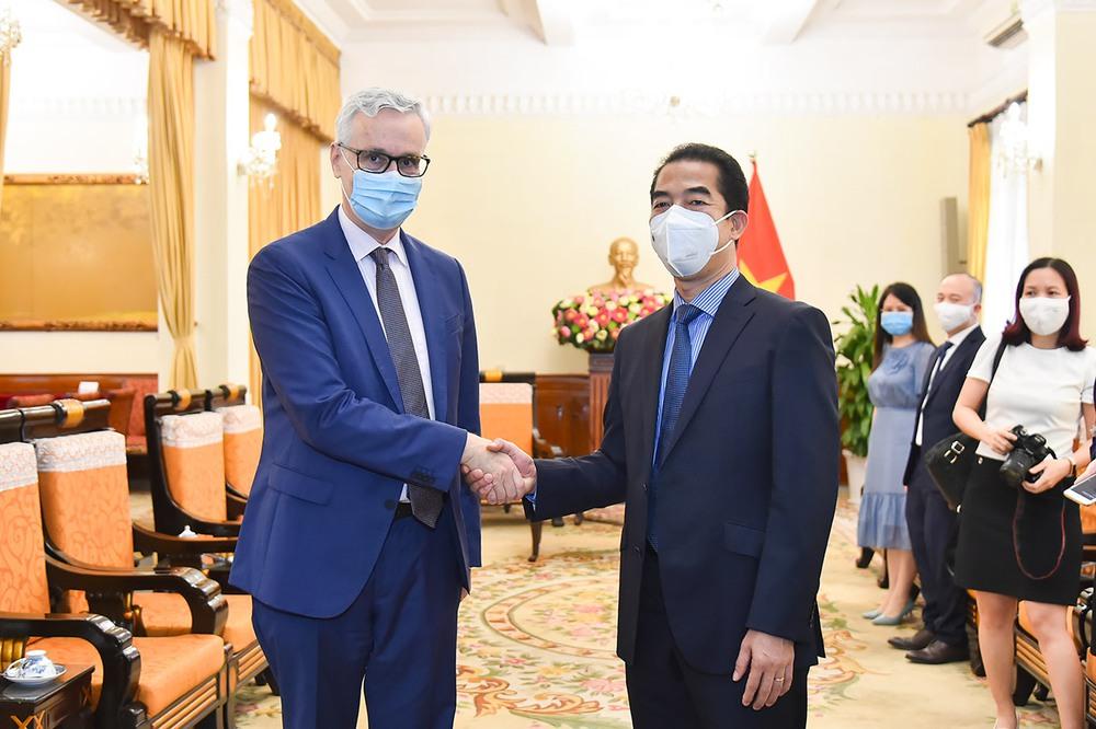 Tin vui: Quốc gia số 1 EU viện trợ lớn cho Việt Nam - 2,6 triệu liều AstraZeneca đến TP.HCM - Ảnh 1.