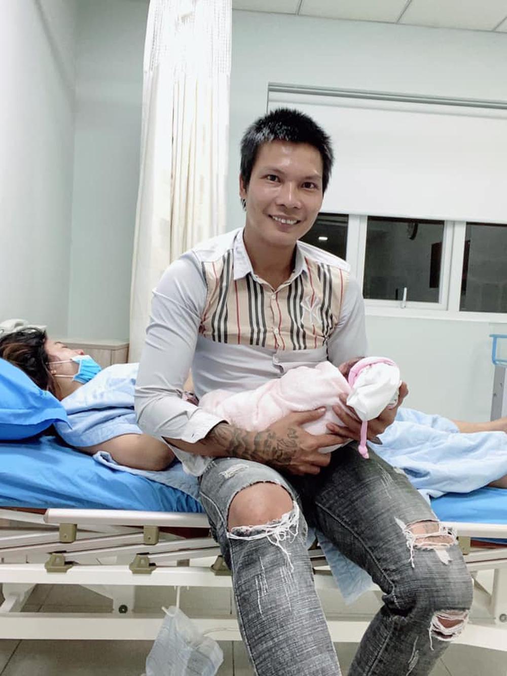 Lộc Fuho chính thức đón con gái đầu lòng, khoe hành trình đi sinh gian nan cùng vợ - Ảnh 1.
