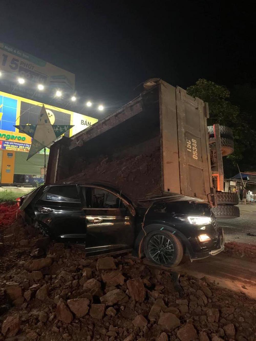 Clip hé lộ khoảnh khắc xe tải ben lật đè trúng ô tô khiến một tài xế tử vong thương tâm - Ảnh 3.