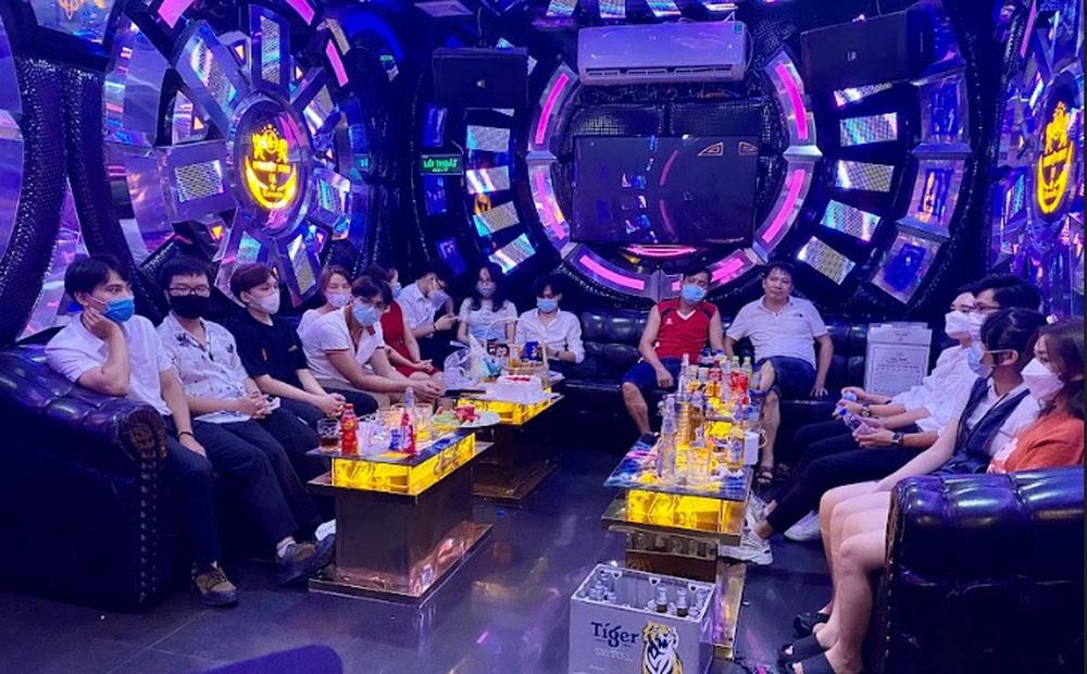 Đột kích phòng VIP quán karaoke, phát hiện 15 người đang hát chui giữa mùa dịch