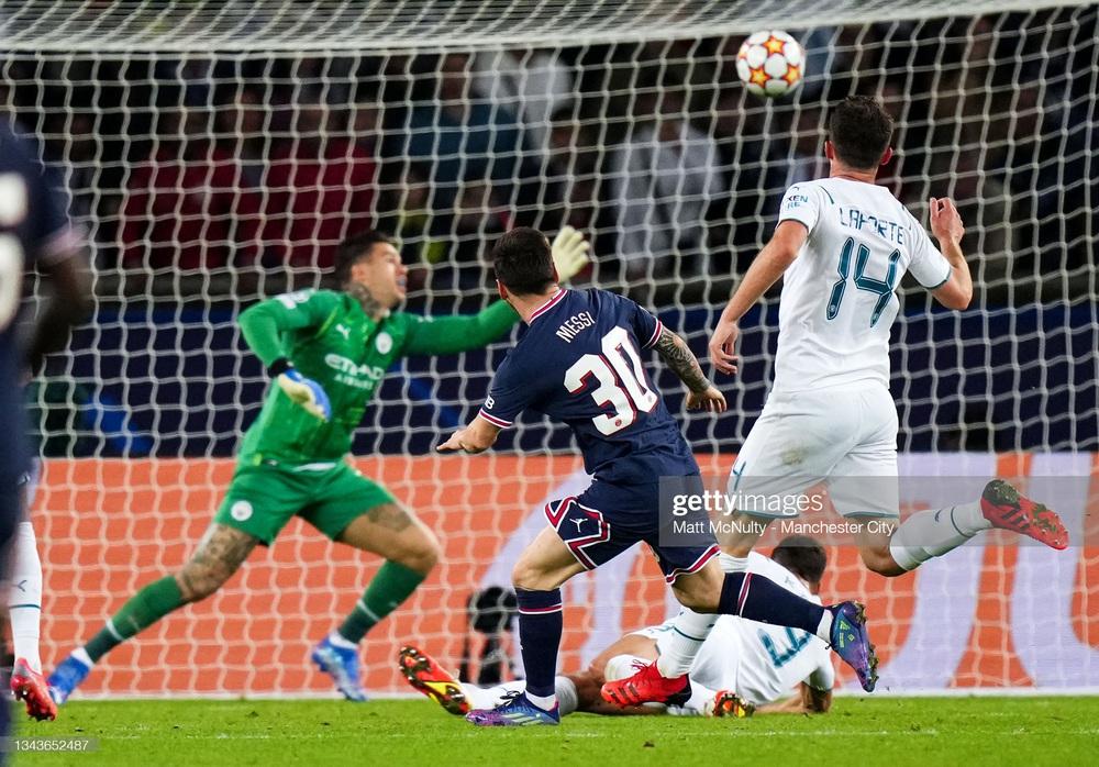 HLV Pep Guardiola ngán ngẩm, chỉ biết khen Messi quá tuyệt vời, không thể cản phá - Ảnh 1.