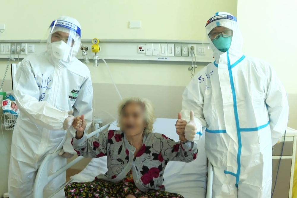 Các cụ bà mắc Covid-19 từng được chẩn đoán không qua khỏi nghẹn ngào khi bác sĩ ra kí hiệu cho về nhà - Ảnh 1.