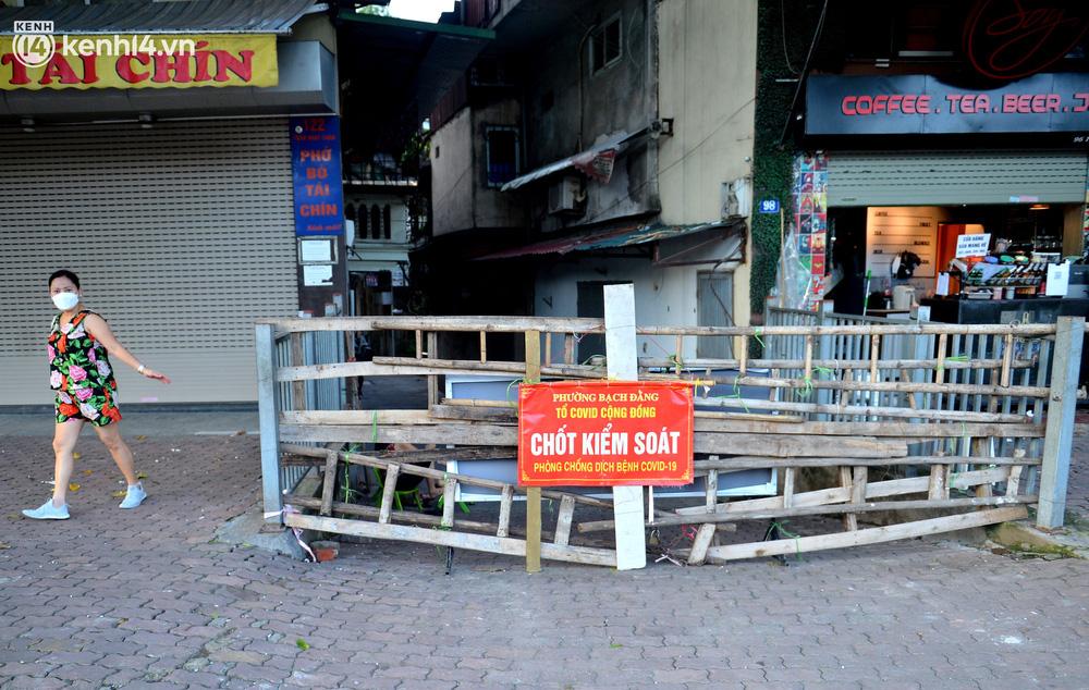 Ảnh: Muôn kiểu trèo rào, chui qua chốt cứng của người dân Hà Nội sau khi Thủ đô nới lỏng giãn cách - Ảnh 1.