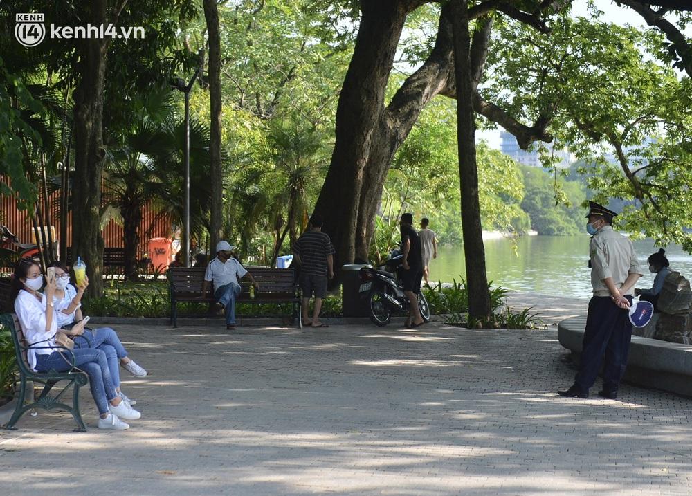 Ảnh: Hàng ghế ở hồ Gươm bị cỏ dại mọc bao quanh sau 2 tháng Hà Nội thực hiện giãn cách - Ảnh 13.