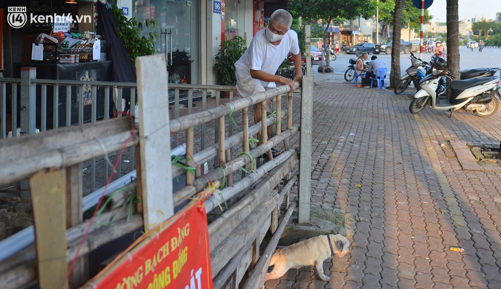 Ảnh: Muôn kiểu trèo rào, chui qua chốt cứng của người dân Hà Nội sau khi Thủ đô nới lỏng giãn cách - Ảnh 3.
