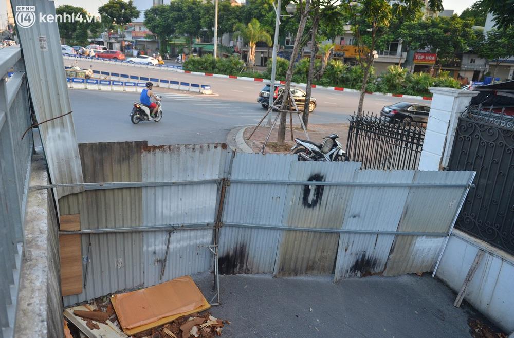 Ảnh: Muôn kiểu trèo rào, chui qua chốt cứng của người dân Hà Nội sau khi Thủ đô nới lỏng giãn cách - Ảnh 4.
