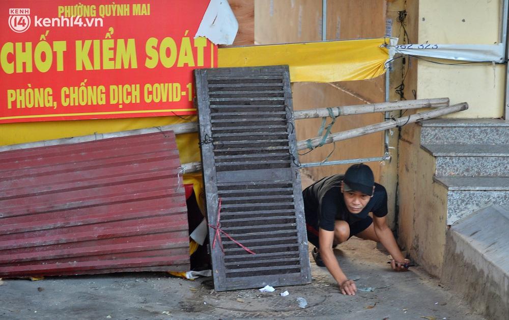 Ảnh: Muôn kiểu trèo rào, chui qua chốt cứng của người dân Hà Nội sau khi Thủ đô nới lỏng giãn cách - Ảnh 8.