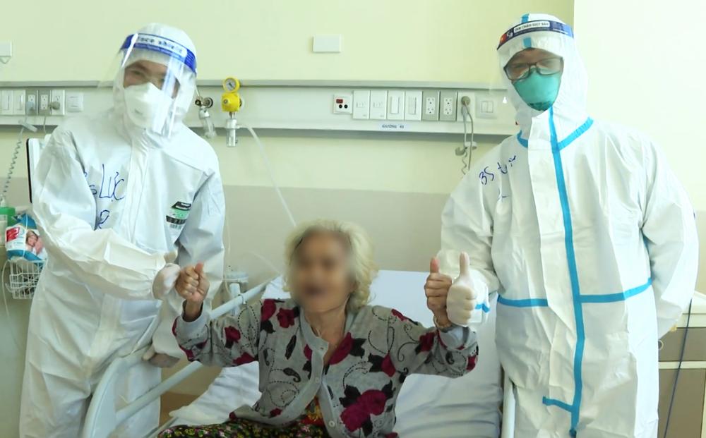Các cụ bà mắc Covid-19 từng được chẩn đoán 'không qua khỏi' nghẹn ngào khi bác sĩ ra kí hiệu cho về nhà