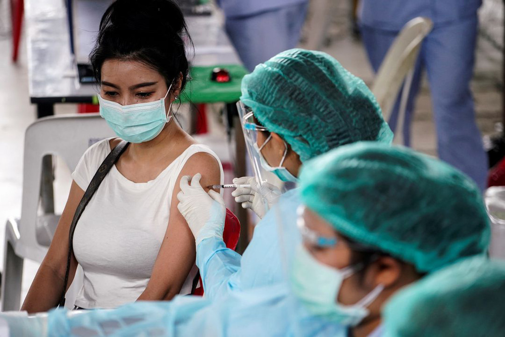 4 cách giảm thiểu tác dụng phụ sau khi tiêm vaccine COVID-19 - Ảnh 1.