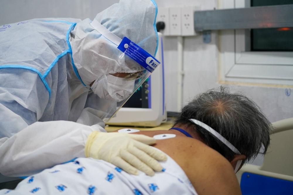 Bên trong căn phòng không bệnh nhân COVID-19 nào muốn vào, nhân viên y tế không dám xao nhãng vì sợ đổi bằng tính mạng người bệnh - Ảnh 1.