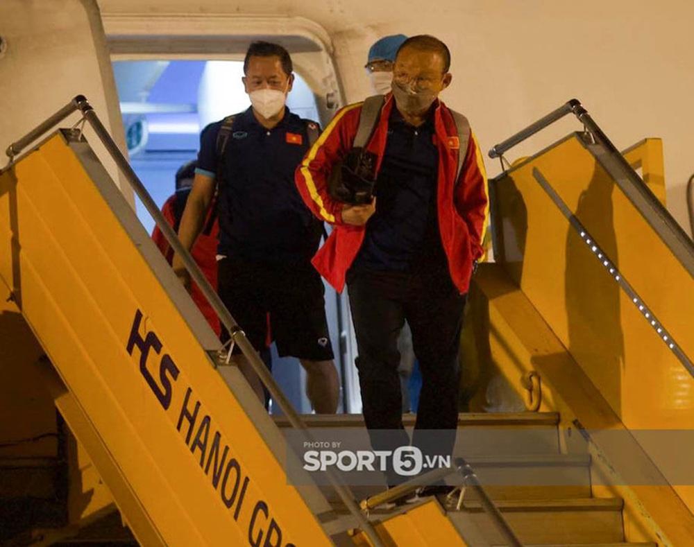 """Văn Lâm cùng đồng đội hạ cánh Nội Bài trong đêm, về thẳng khách sạn tuân thủ """"bong bóng khép kín"""" - Ảnh 2."""