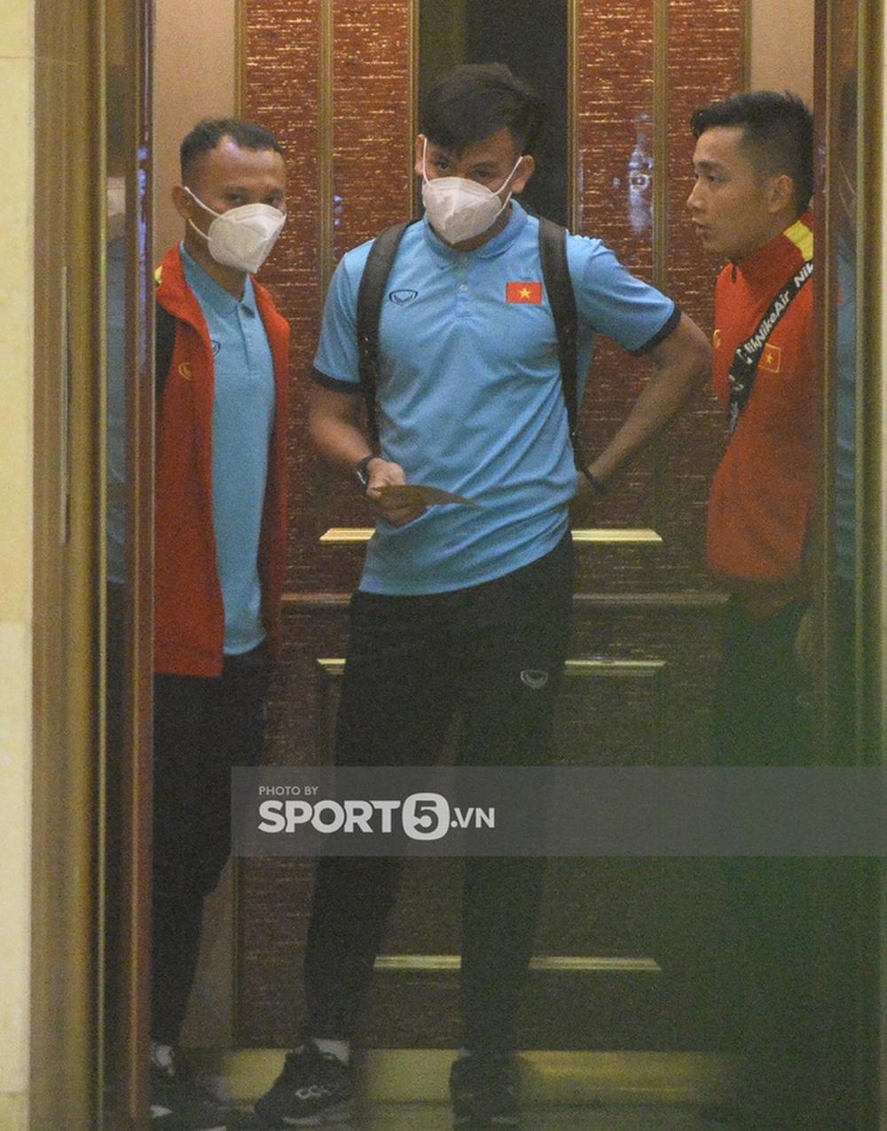 Duy Mạnh bật cười vì suýt đi nhầm thang máy, Đức Chinh nhanh nhảu xí chỗ đẹp khi chụp ảnh - Ảnh 6.