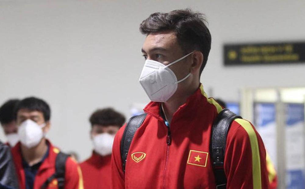 """Văn Lâm cùng đồng đội hạ cánh Nội Bài trong đêm, về thẳng khách sạn tuân thủ """"bong bóng khép kín"""""""