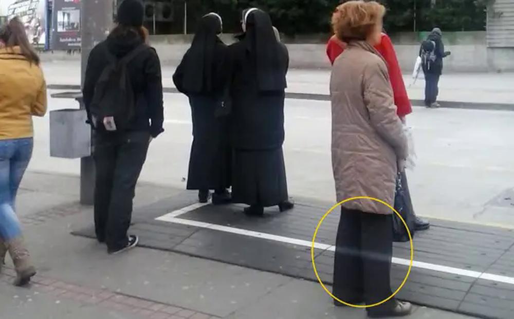 Anh chàng chụp tấm ảnh ở bến xe buýt, chẳng ngờ có 1 chi tiết khiến ai xem cũng lạnh sống lưng