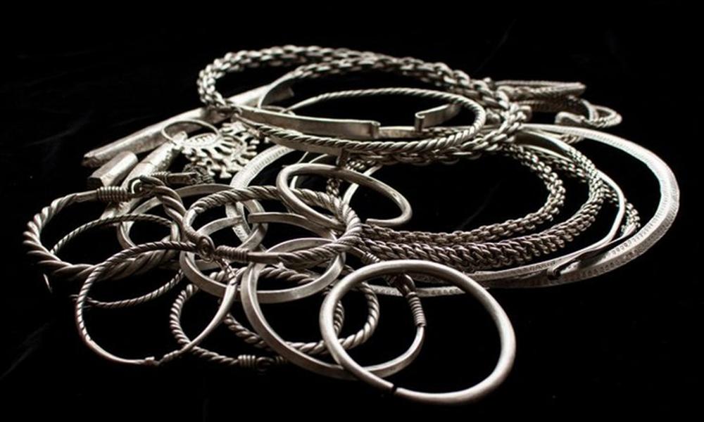 Phát hiện kho báu gồm toàn trang sức bạc giấu dưới lòng đất 900 năm  - Ảnh 2.