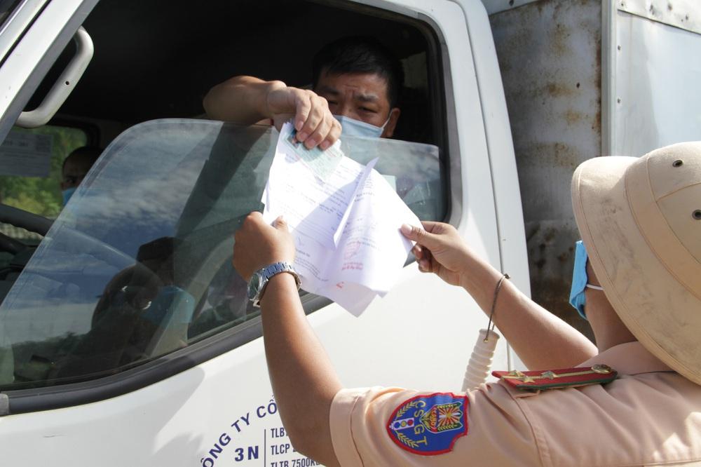 Nghệ An áp dụng những quy định mới trong mùa dịch, người dân cần có thẻ mới được đi mua hàng - Ảnh 2.
