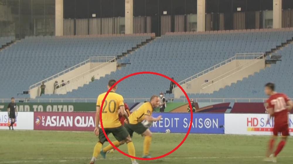 VAR lên tiếng, đội tuyển Việt Nam không được hưởng penalty dù cầu thủ Australia để bóng chạm tay - Ảnh 1.