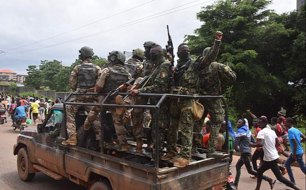 Đảo chính quân sự ở Guinea, Liverpool gửi chuyên cơ giải cứu ngôi sao