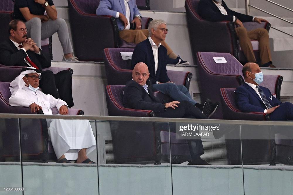 Bất ngờ dự khán trận Trung Quốc vs Nhật Bản, Giáo sư Wenger sắp thành đối thủ của thầy Park? - Ảnh 2.