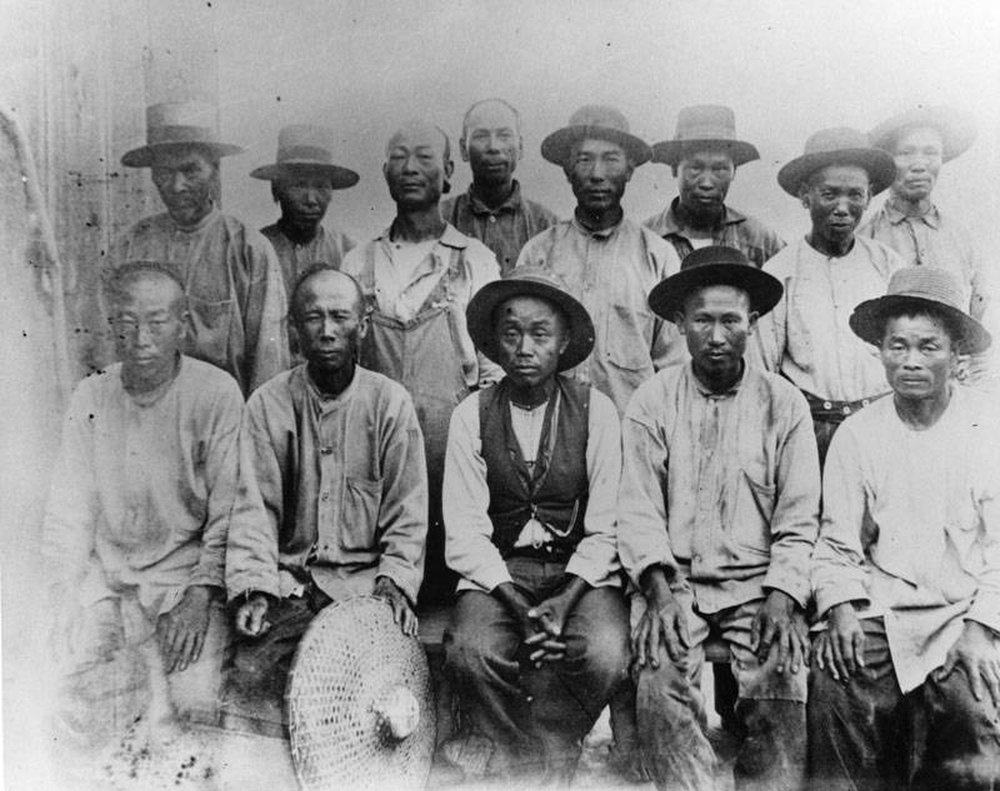 Thảm án rùng rợn ở Mỹ: 500 người tràn vào phố người Hoa, vây ráp 17 người Trung Quốc rồi lê xác đi treo cổ giữa phố - Ảnh 2.