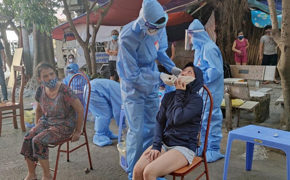 """Hà Nội: Chủ tịch Đống Đa chỉ đạo kiểm tra nhân viên y tế """"quên"""" sát khuẩn"""