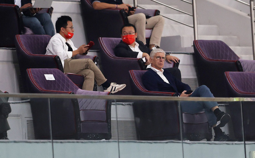"""Bất ngờ dự khán trận Trung Quốc vs Nhật Bản, """"Giáo sư"""" Wenger sắp thành đối thủ của thầy Park?"""
