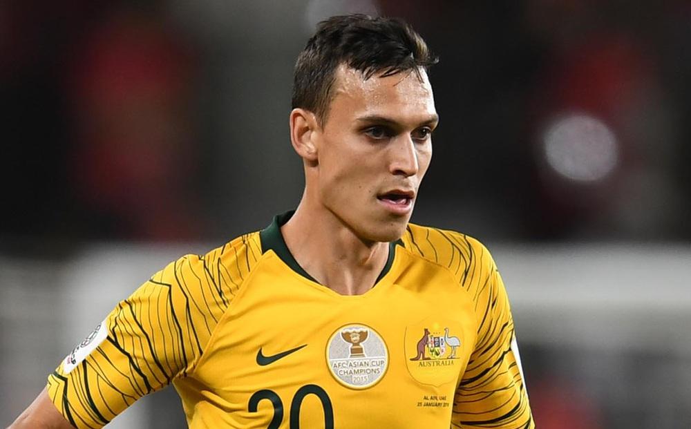 Trung vệ Australia buông lời chê mặt sân Mỹ Đình, ám chỉ đội nhà không chơi tốt do sân xấu